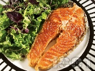 Рецепта Печени котлети от маринована сьомга на скара със зелена салата и кълнове (без мазнина)